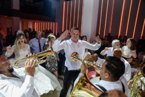 Trubači Balkanika sviraju na svadbi