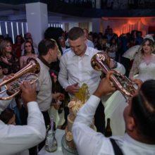 Trubači sviraju na svadbi