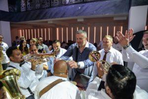 Zadovoljni gosti čašćavaju trubače